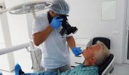 Врач фотографирует зубы до лечения