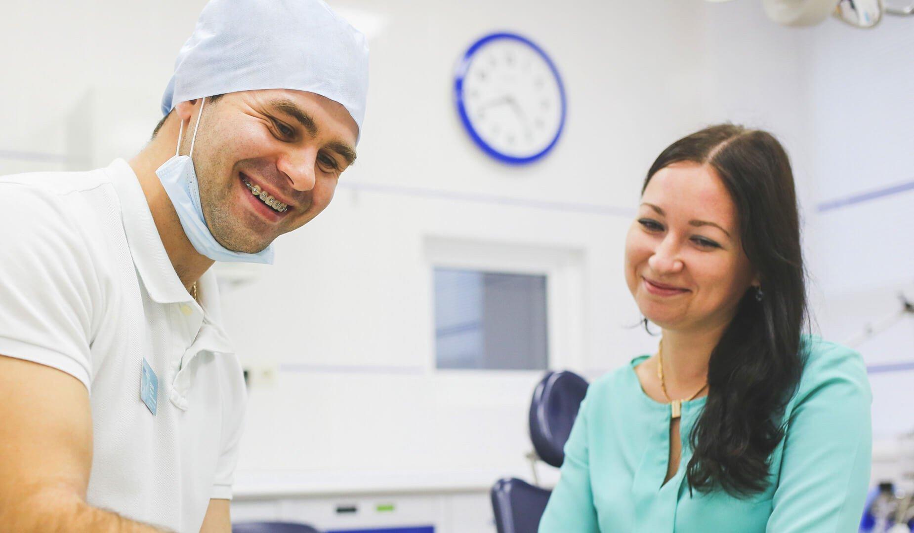 Врач беседует с пациентой о предстоящем лечении