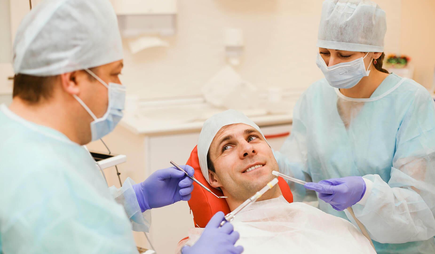 Пациент в кресле стоматолога