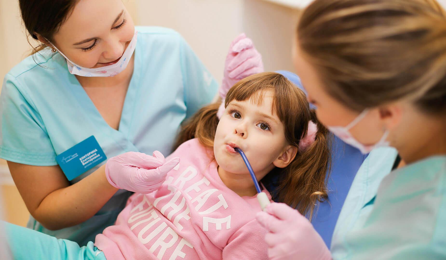 Маленькая пациентка на приёме у стоматолога