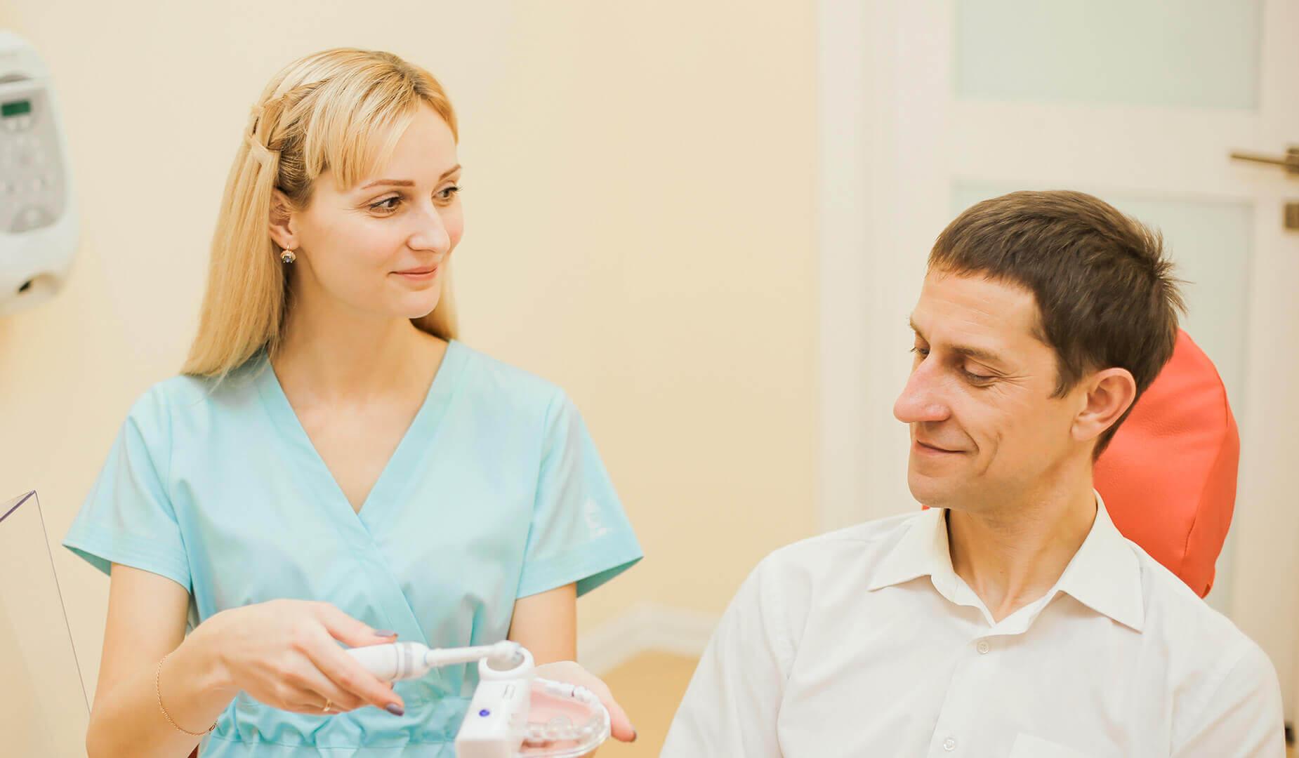 Врач даёт советы пациенту, как сохранить результат после профчистки