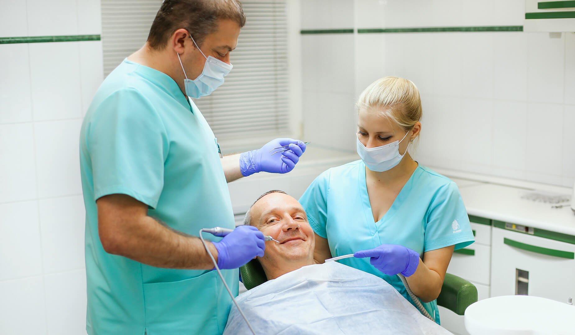 Пациентка оценивает результат отбеливания