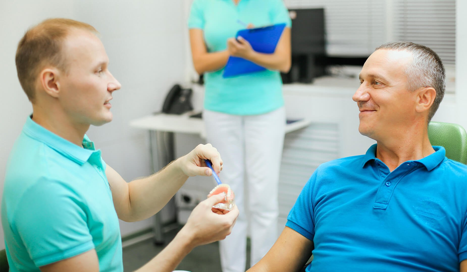 Пациент с врачом-имплантологом