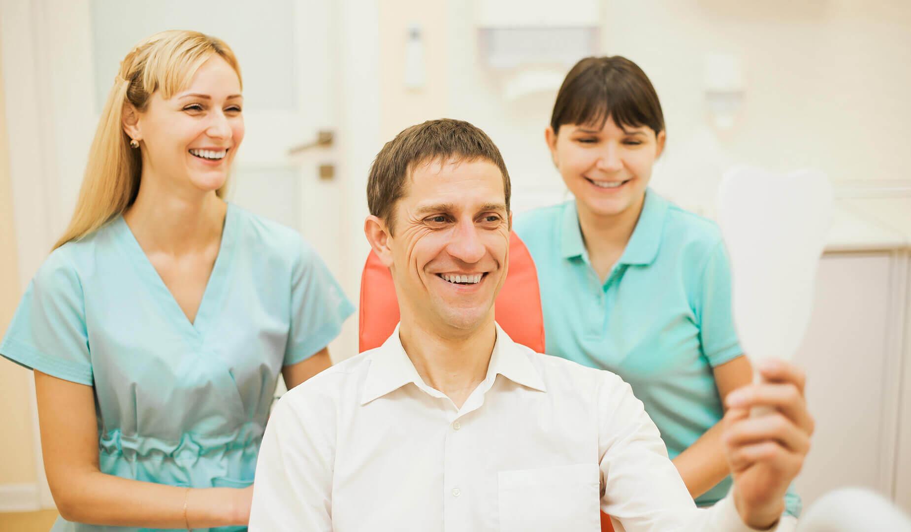 Пациент любуется своей здоровой улыбкой
