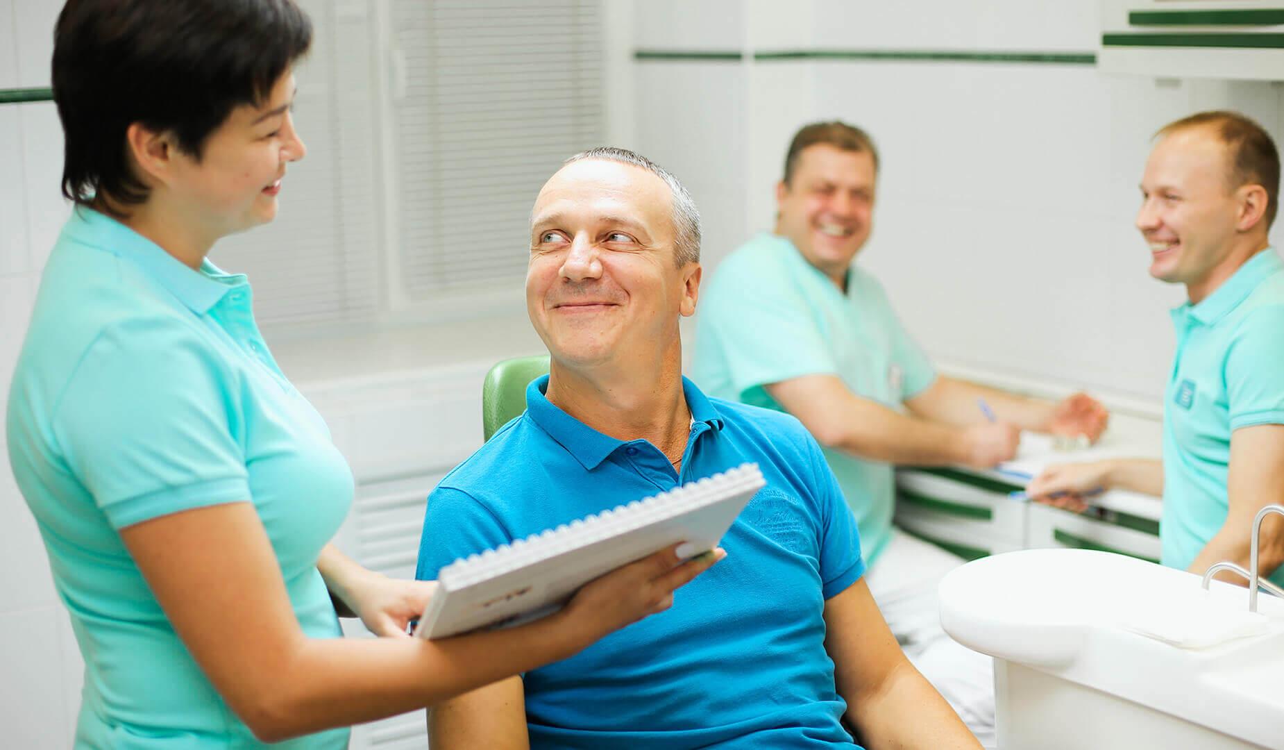 Пациенту расссказывают о правилах ухода после операции