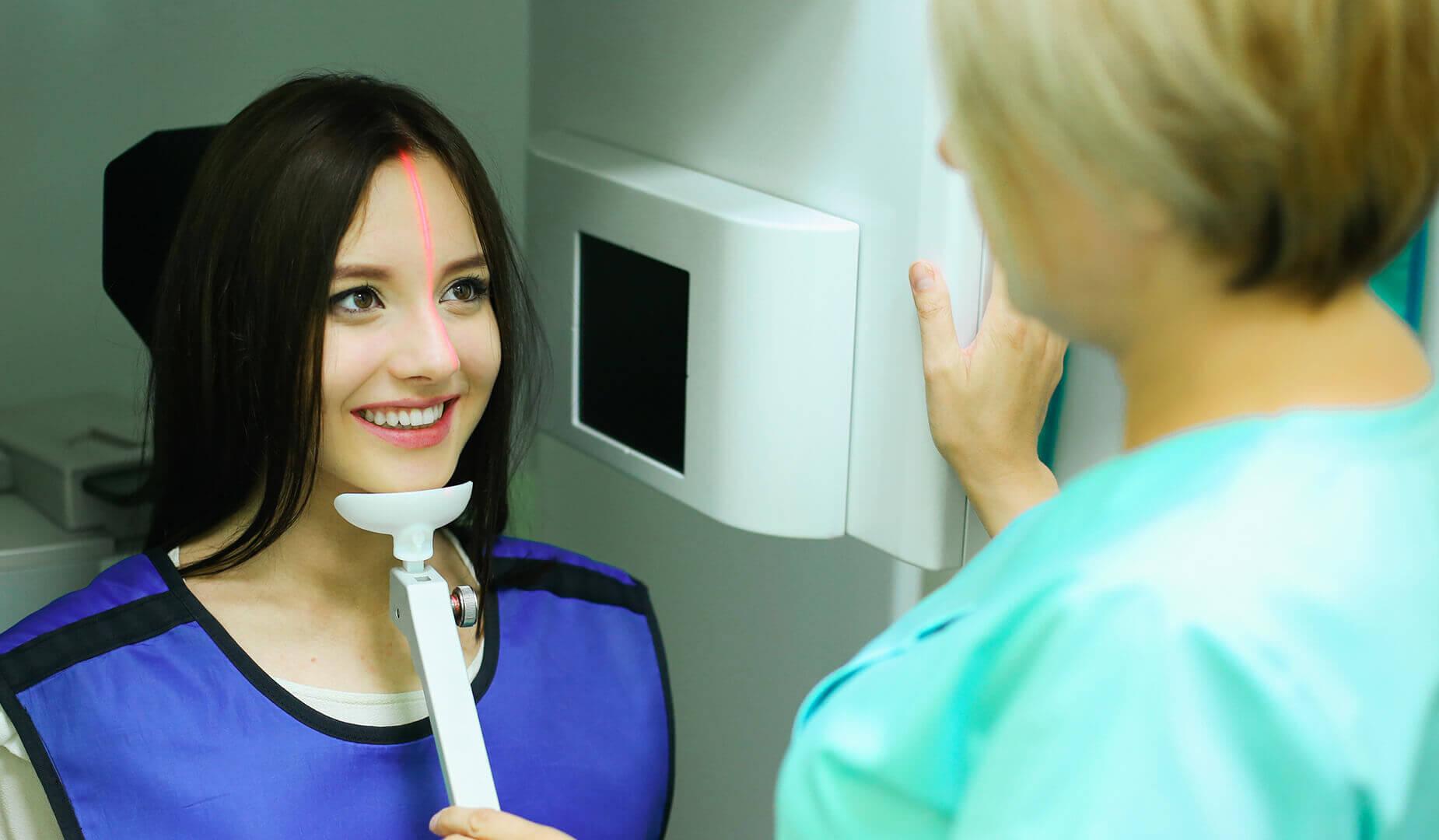 Пациентка улыбается врачу в процесс подготовки к КТ