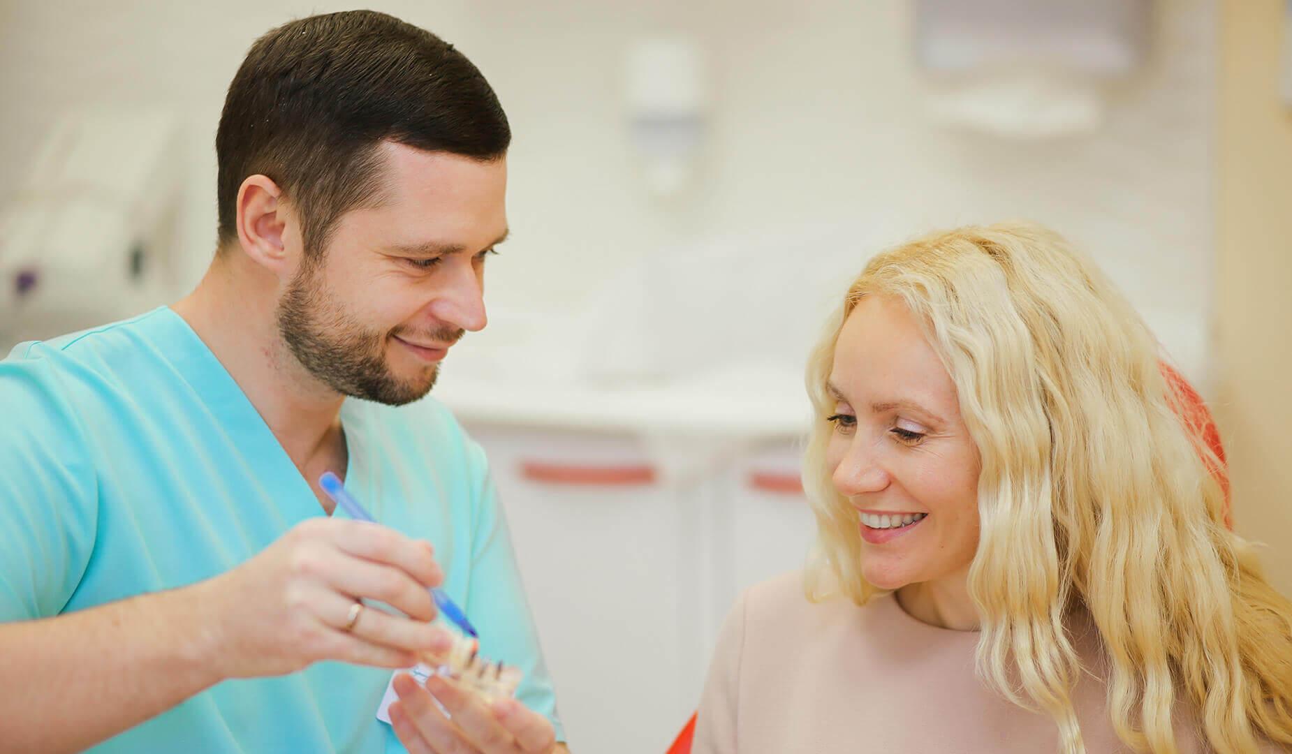 Врач поясняет пациентке особенности конструкции