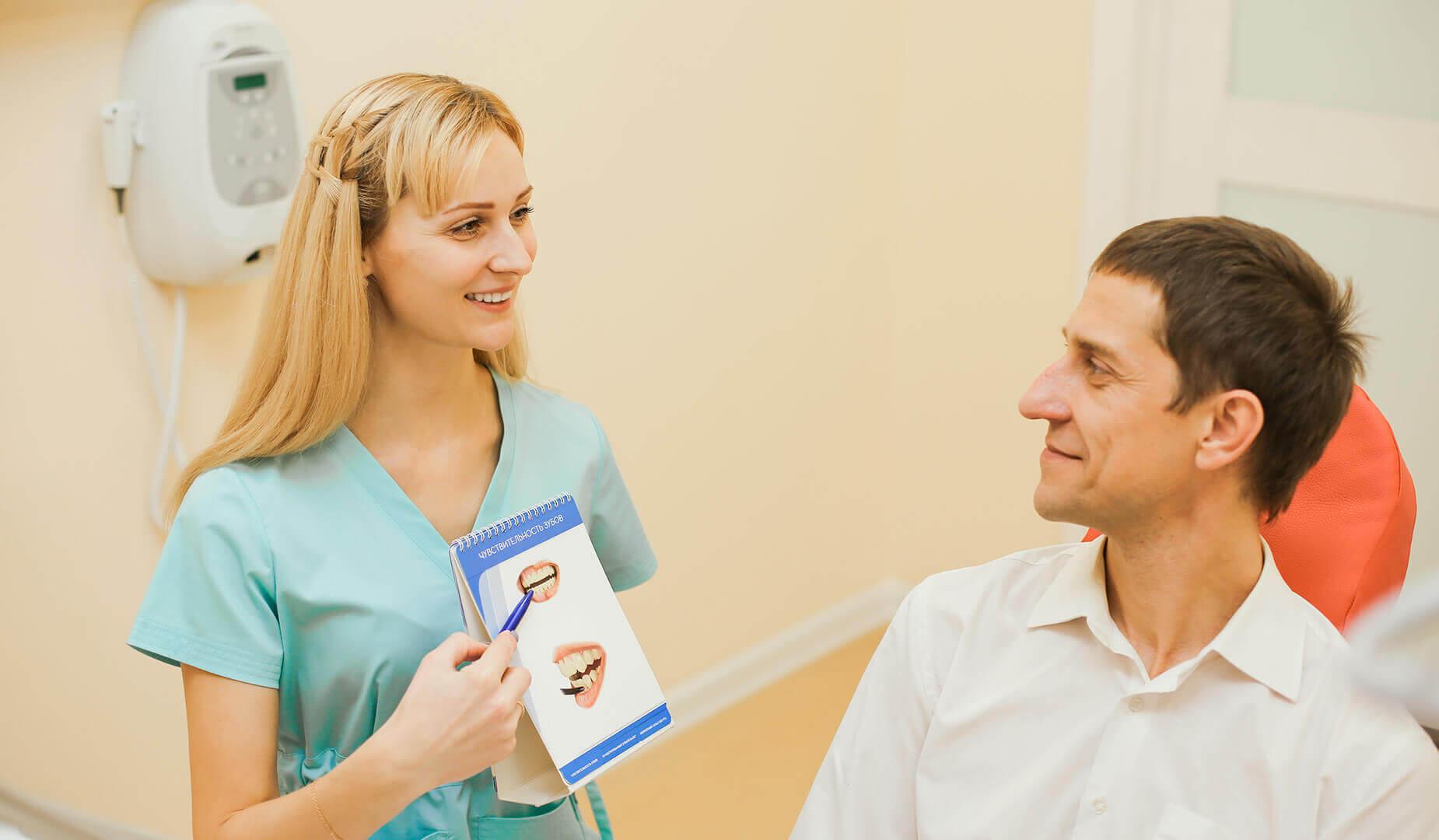 Врач показывает пациенту буклеты
