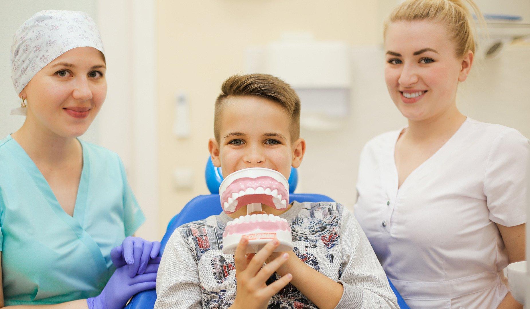 Пациент c макетом зубов