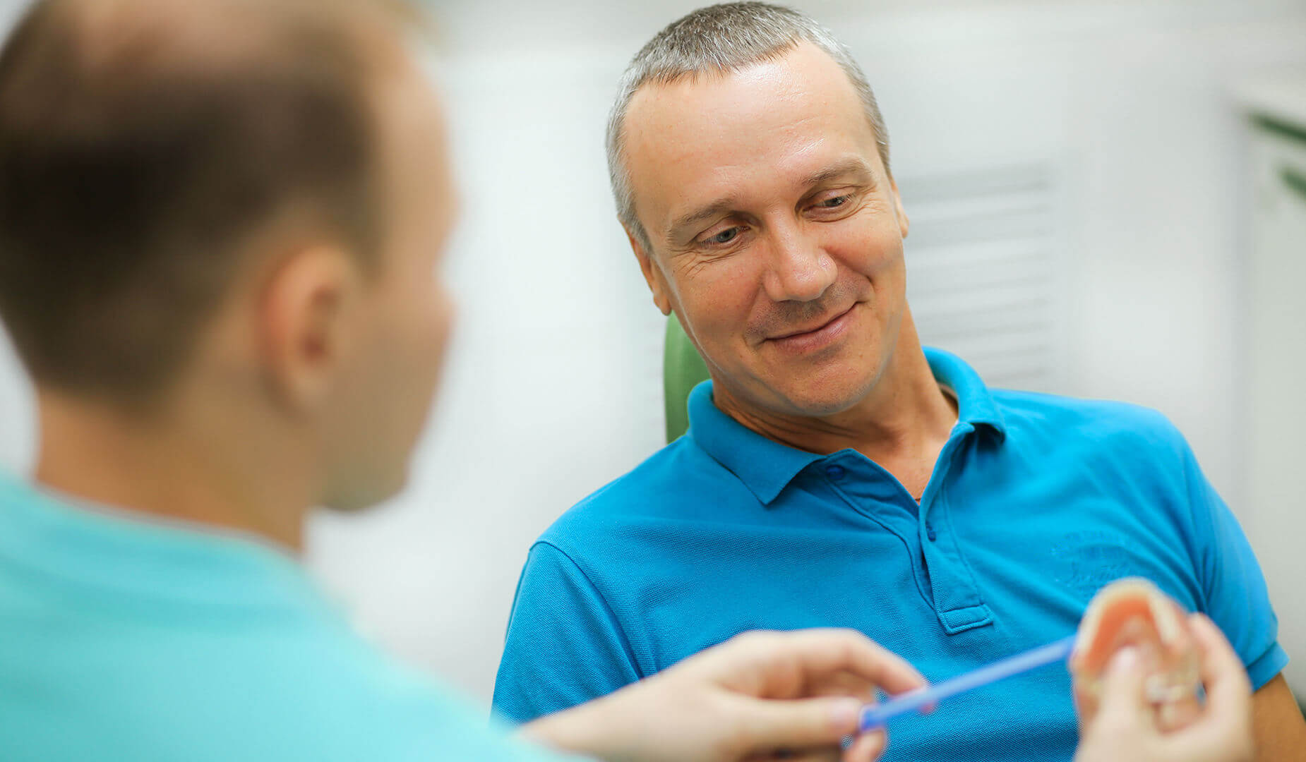 Врач рассказывает пациенту об особенностях ухода