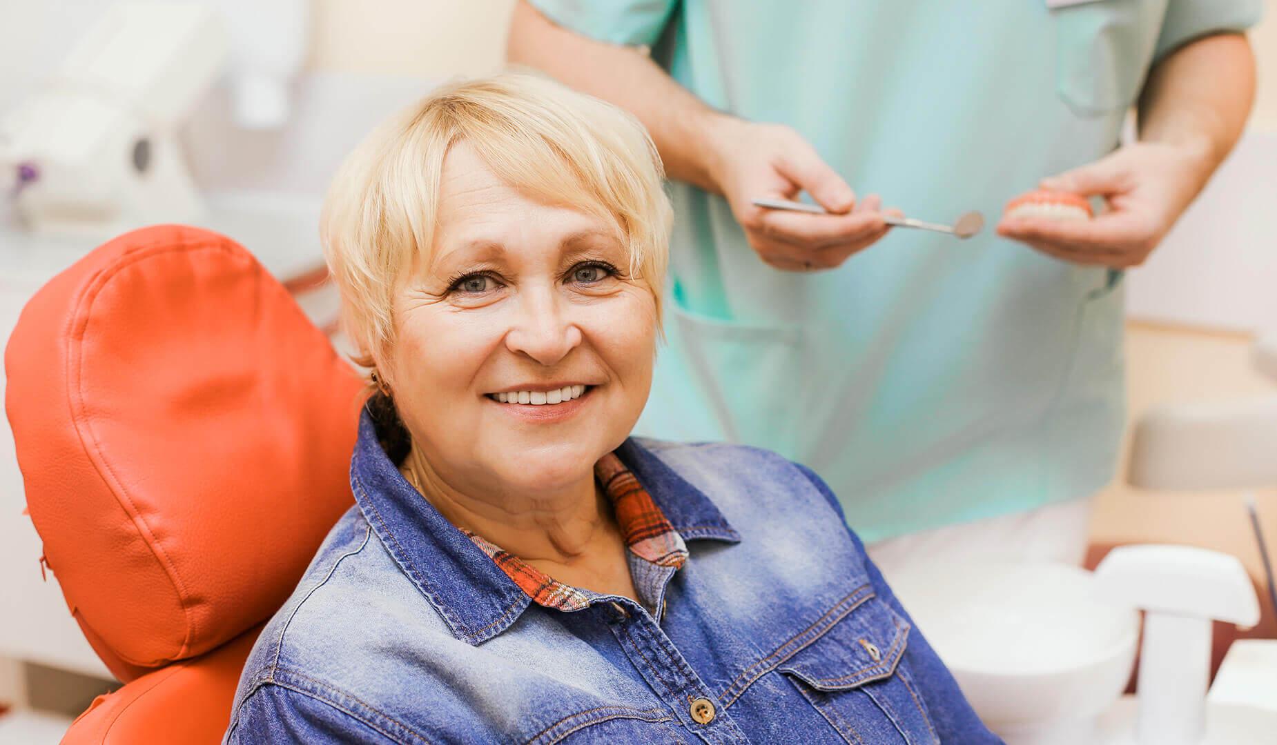 Пациентка демонстрирует свою новую улыбку