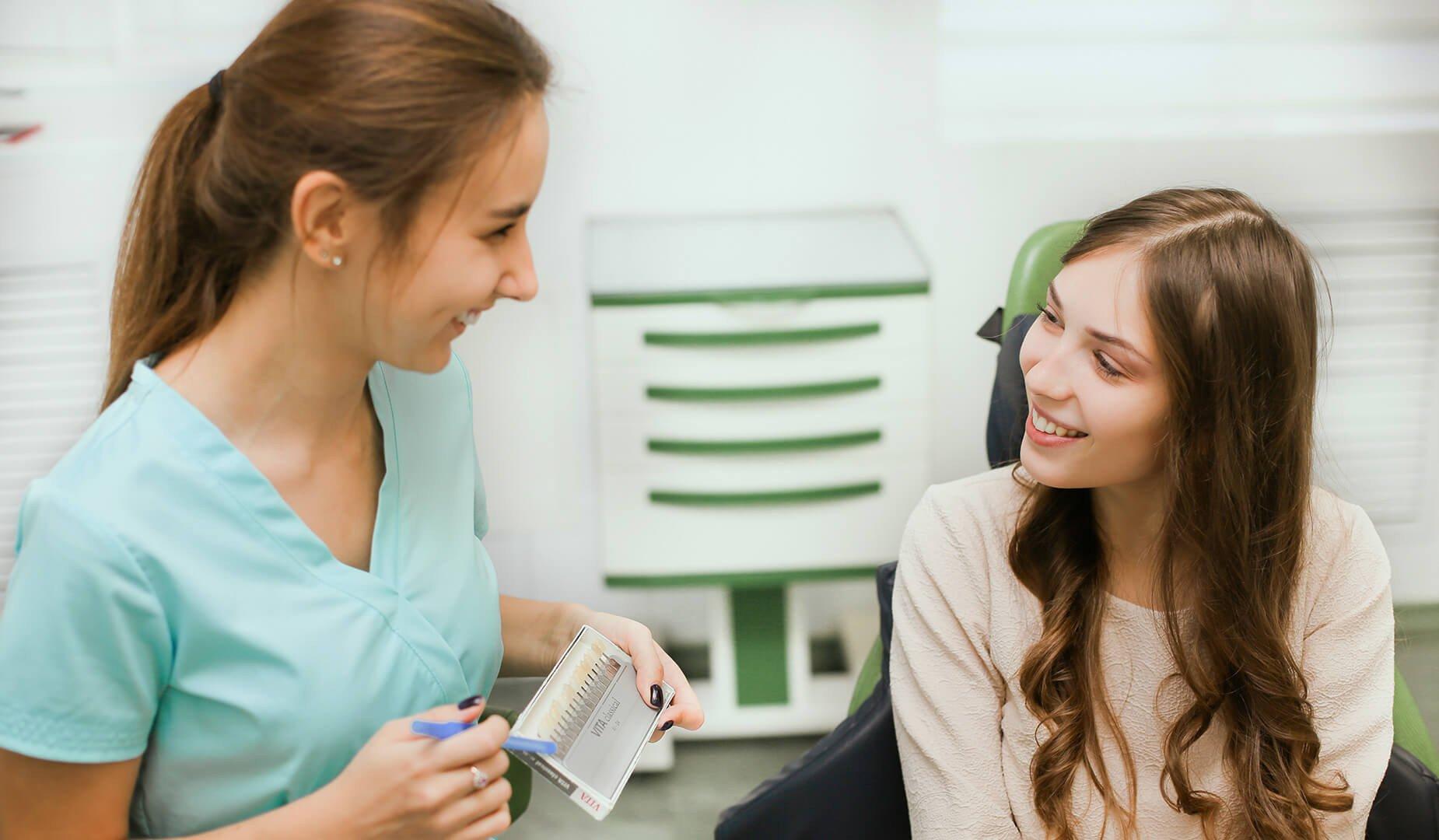 Врач рассказывает пациентке о процедуре отбеливания
