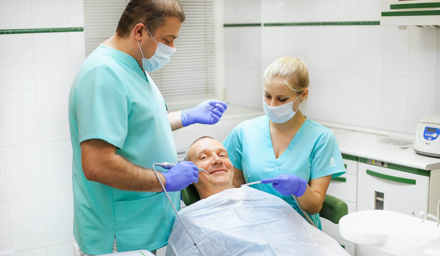 Врач осматривает пациента после операции