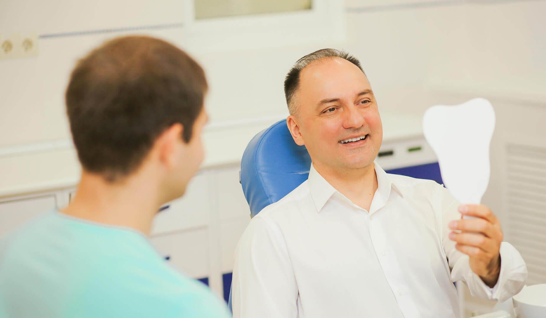 Пациент оценивает свою новую улыбку