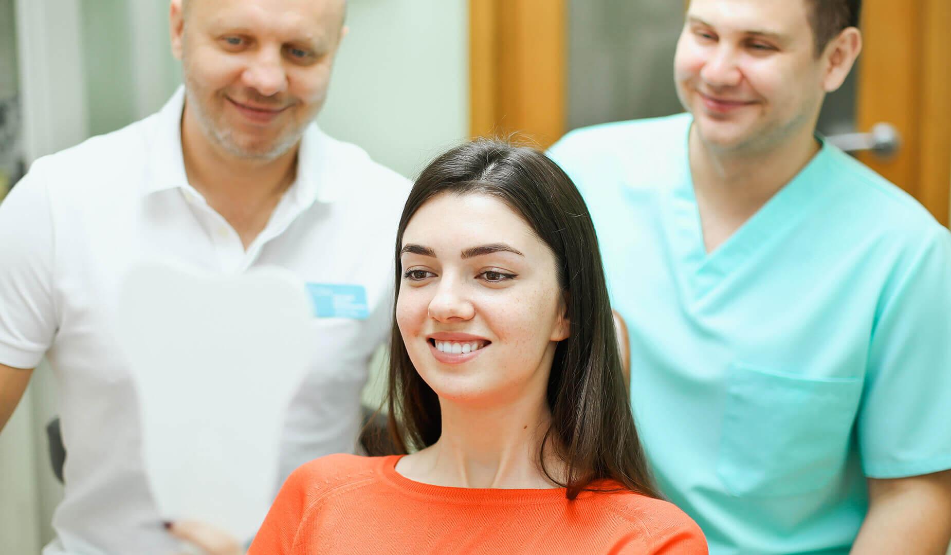 Пациентка любуется новой улыбкой