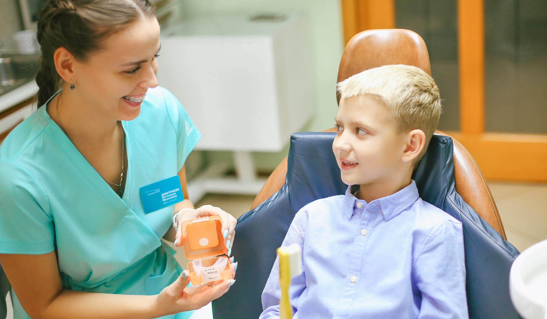 Врач в игровой форме рассказывает пациенту про лечение