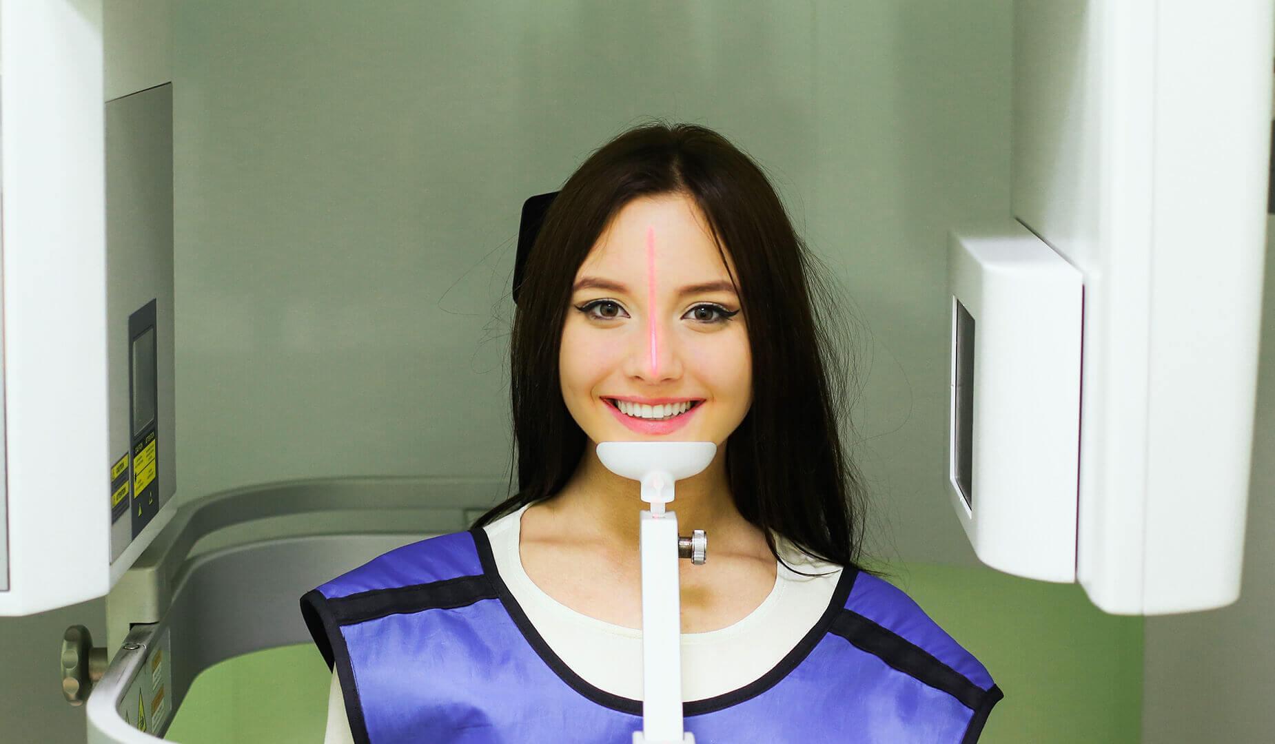 Пациентка улыбается врачу