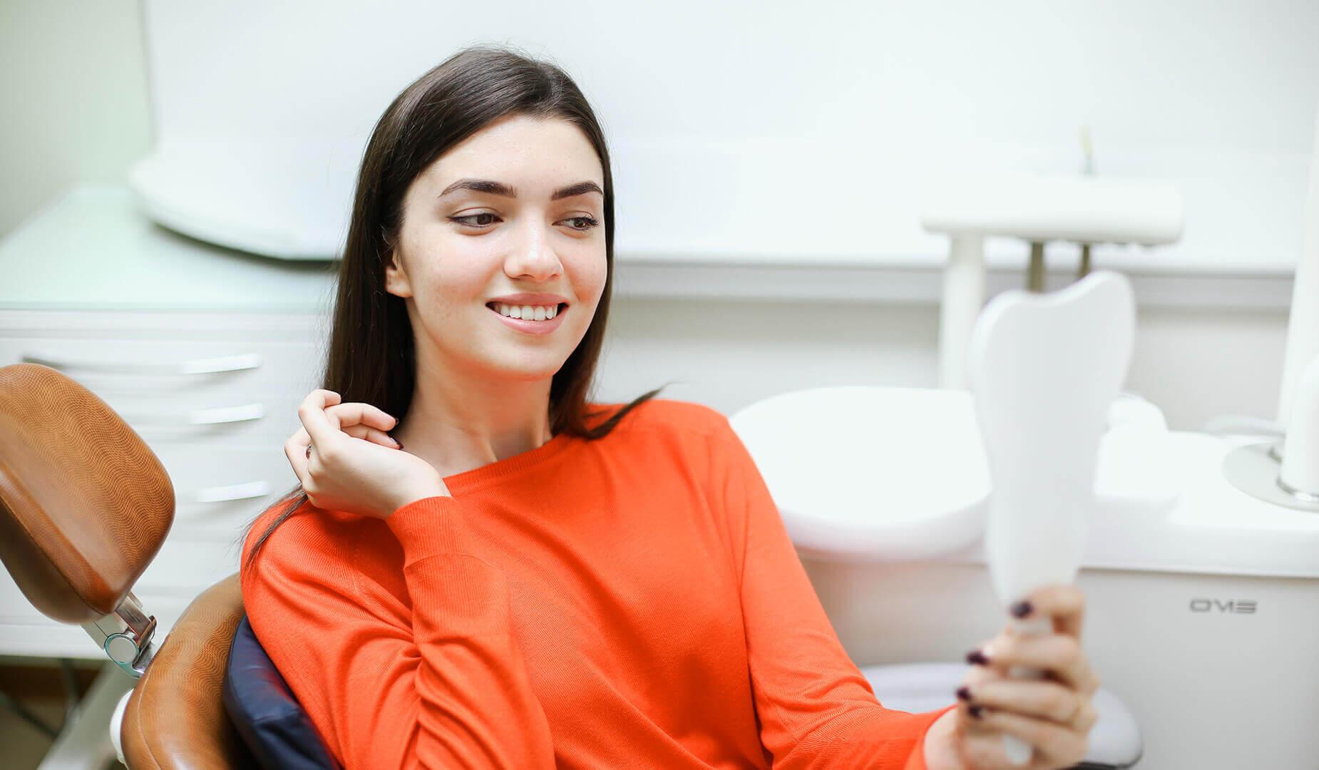 Пациенка оценивает новую улыбку