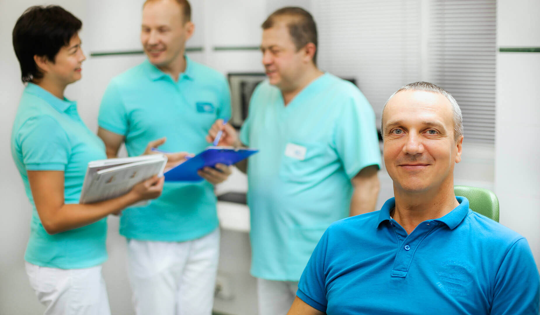 Довольный пациент в кресле стоматолога