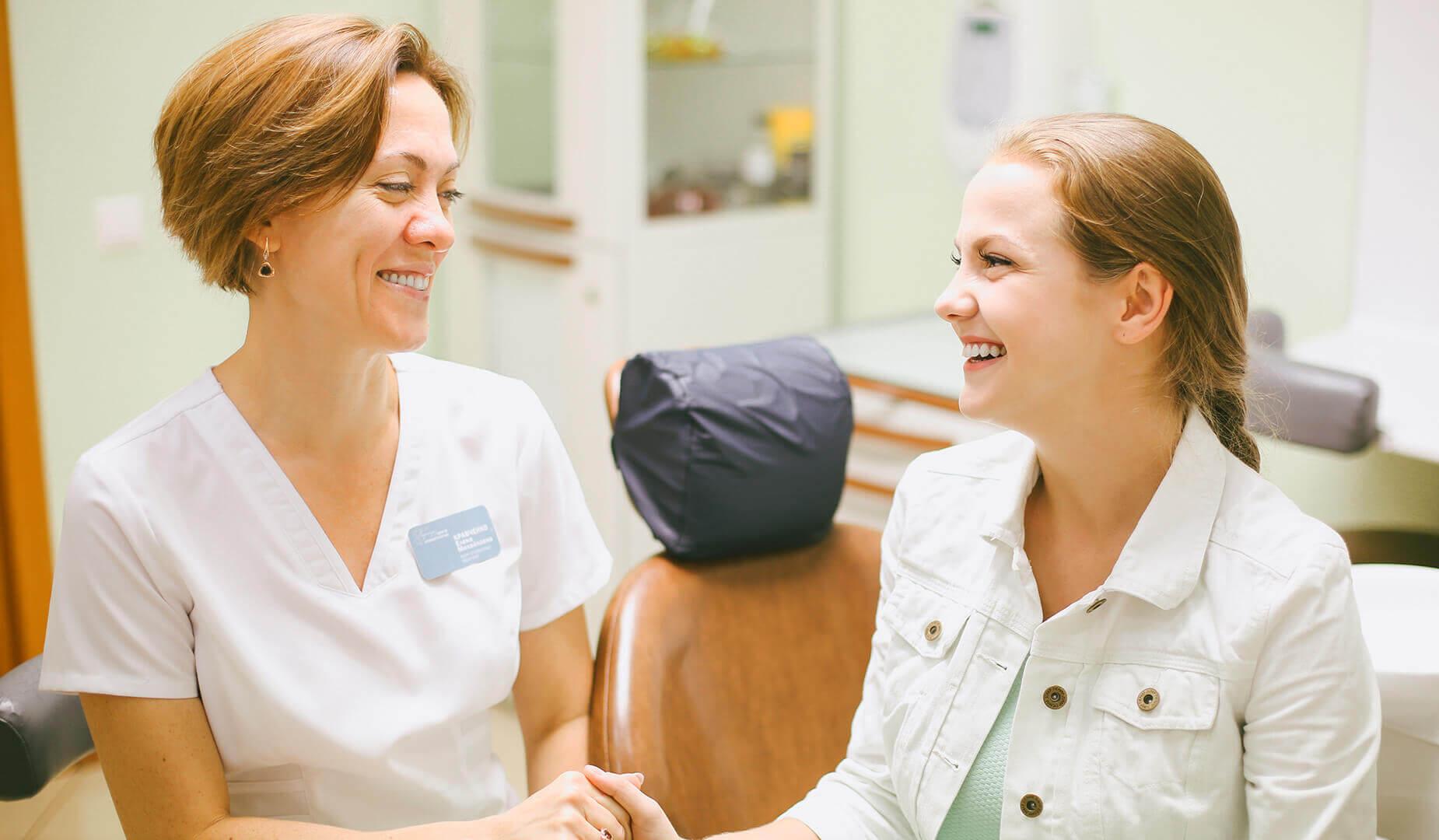 Пациент любуется результатом лечения