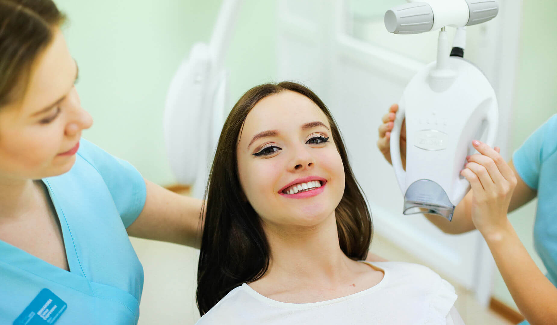 Пациентка демонстрирует свою новую ослепительную улыбку