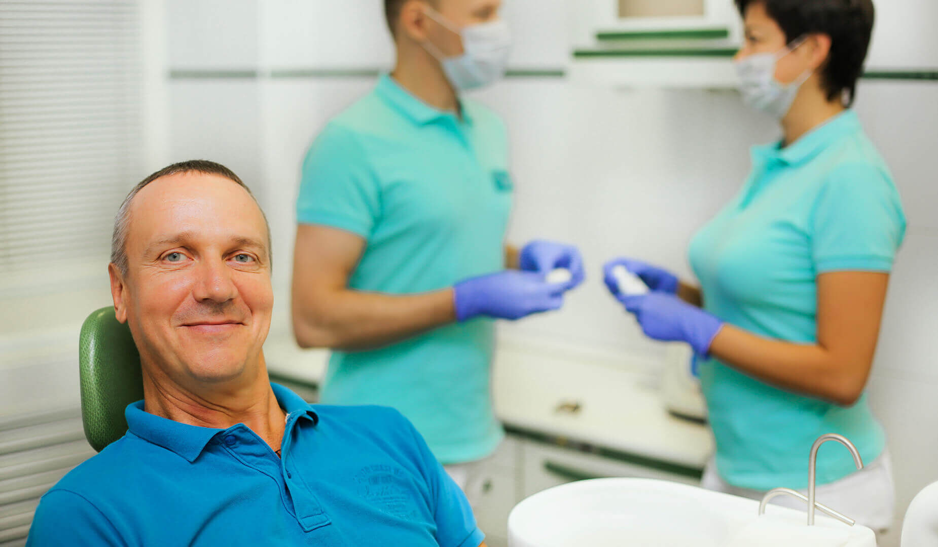 Пациент улыбается после процедуры