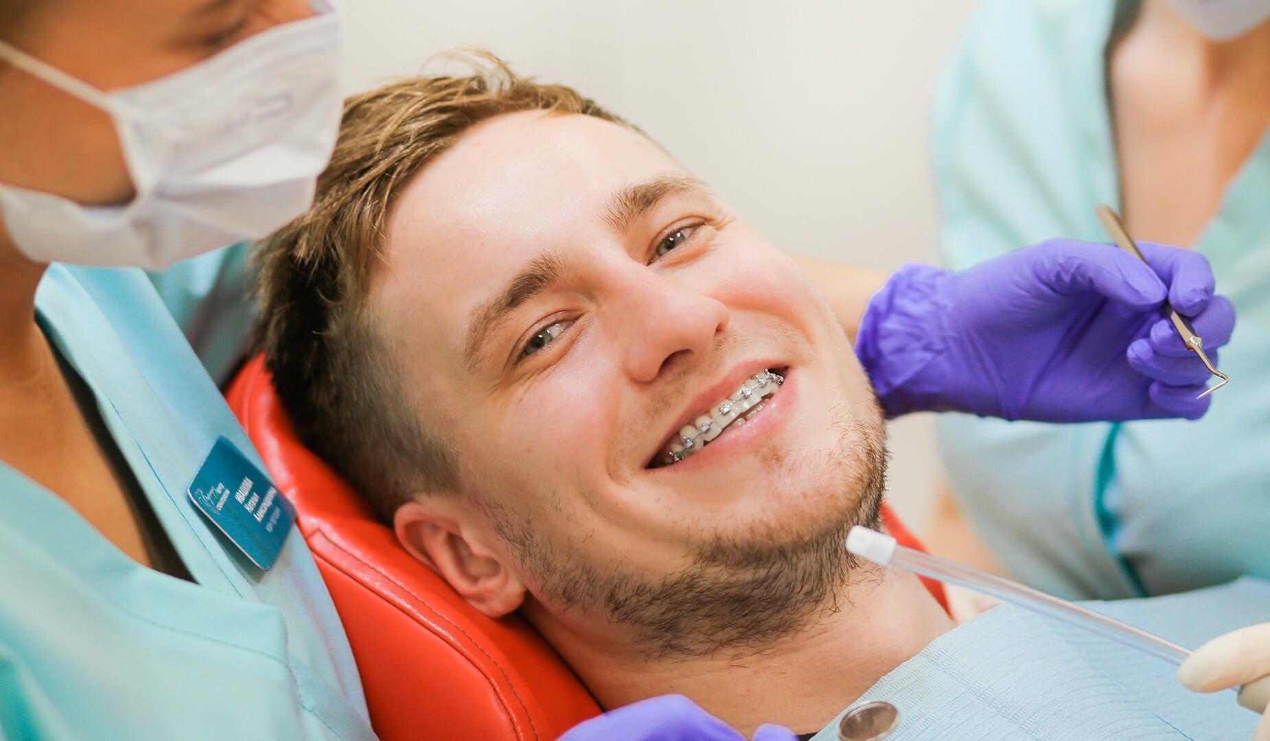 Довольный пациент с красивой улыбкой
