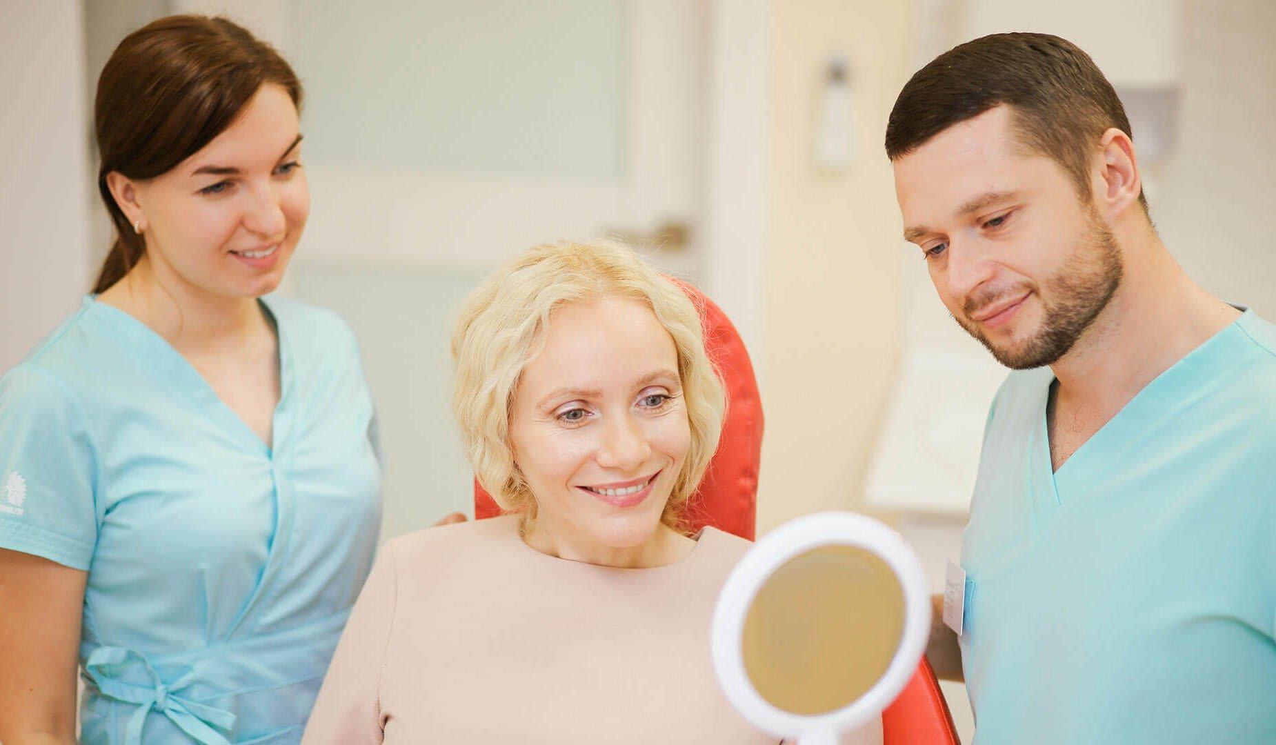 Пациентка оценивает свою улыбку