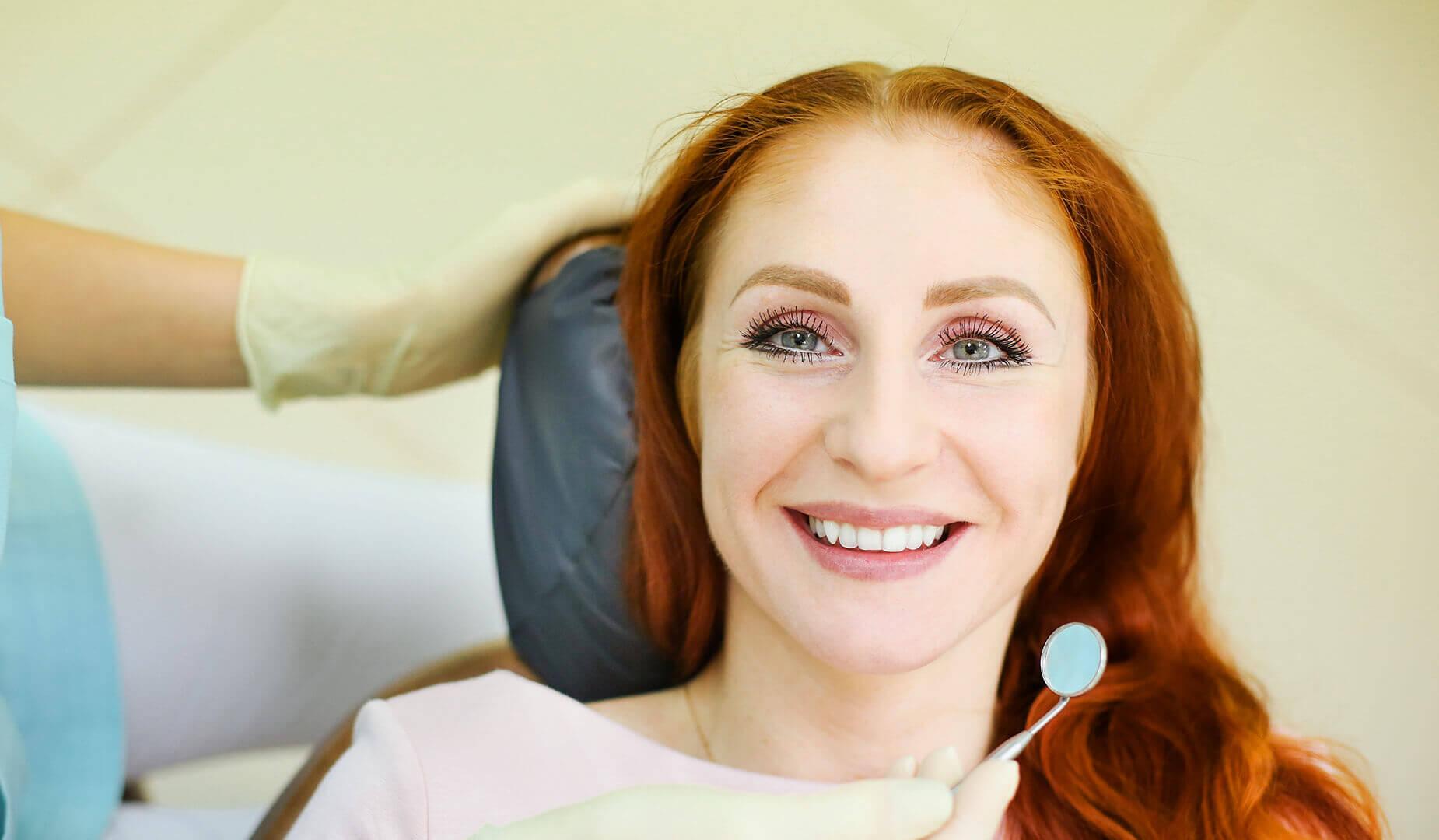 Улыбка пациентки после лечения