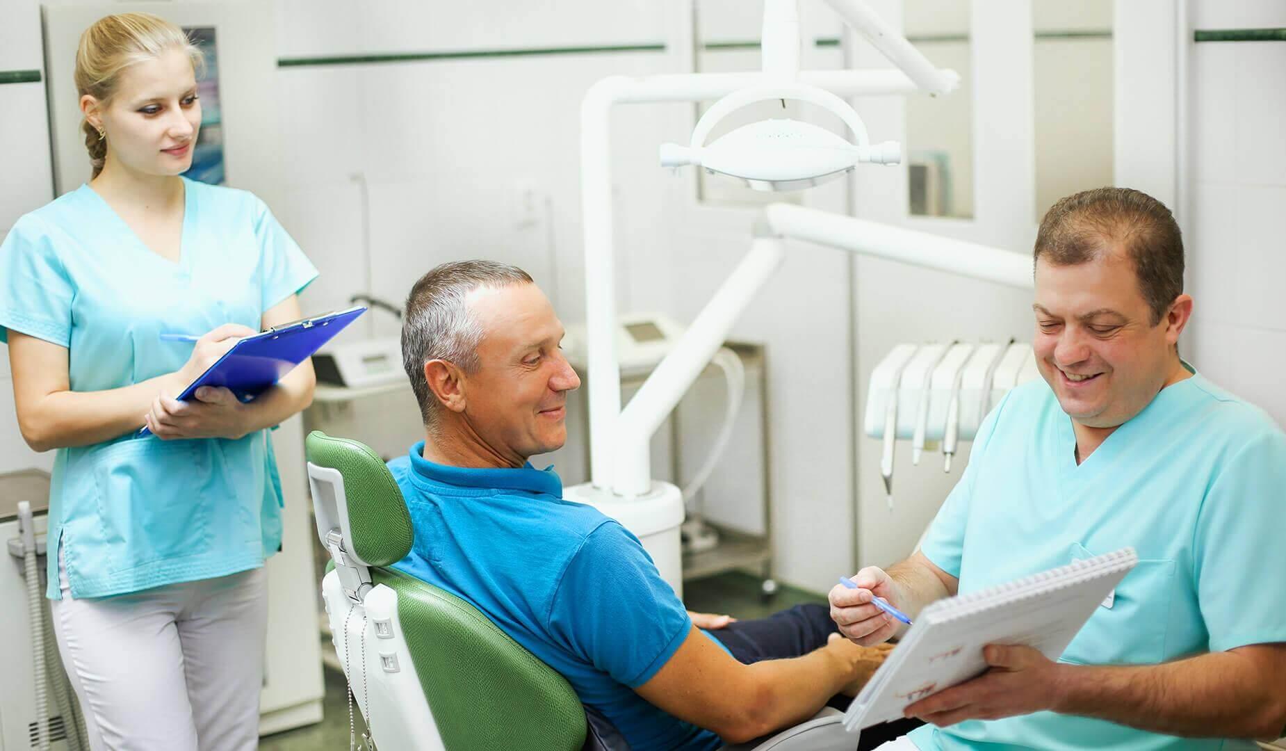 Пациенту рассказывают о гарантии на материалы