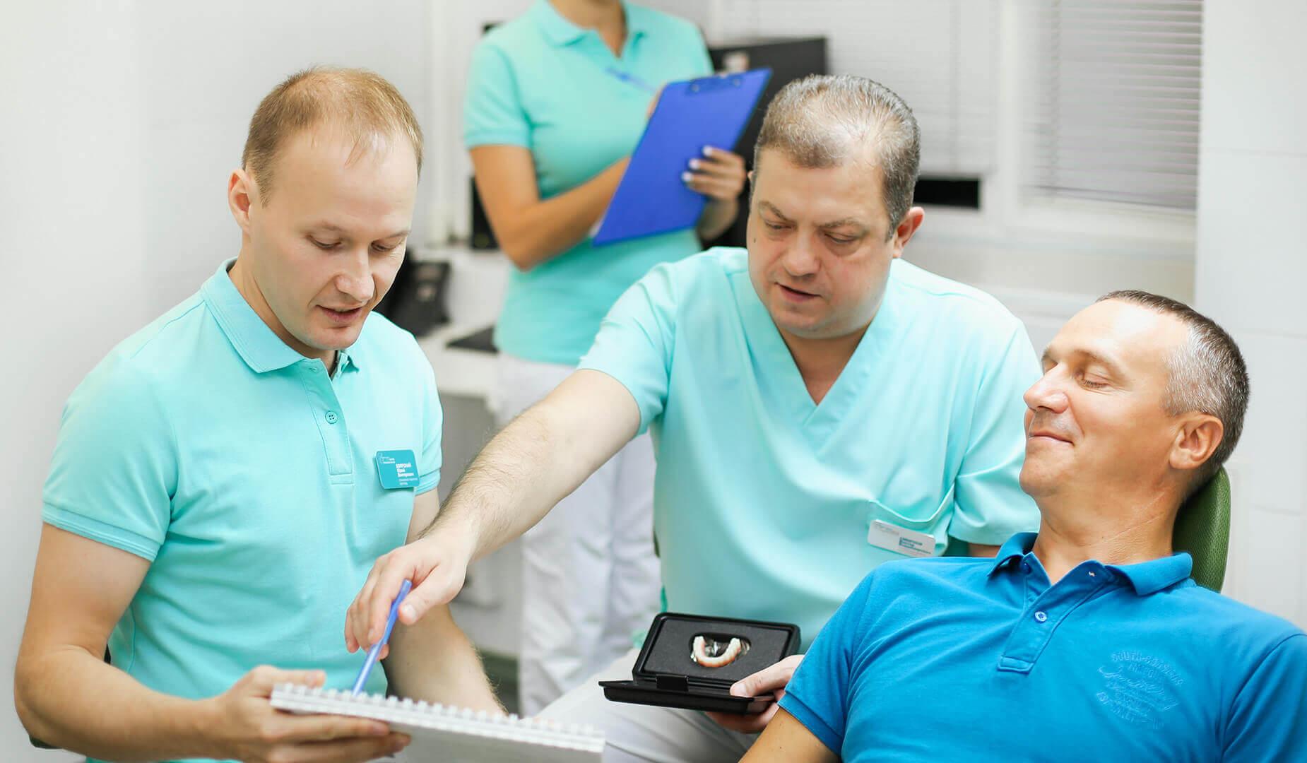 Врач рассказывает пациенту о видах рецессий