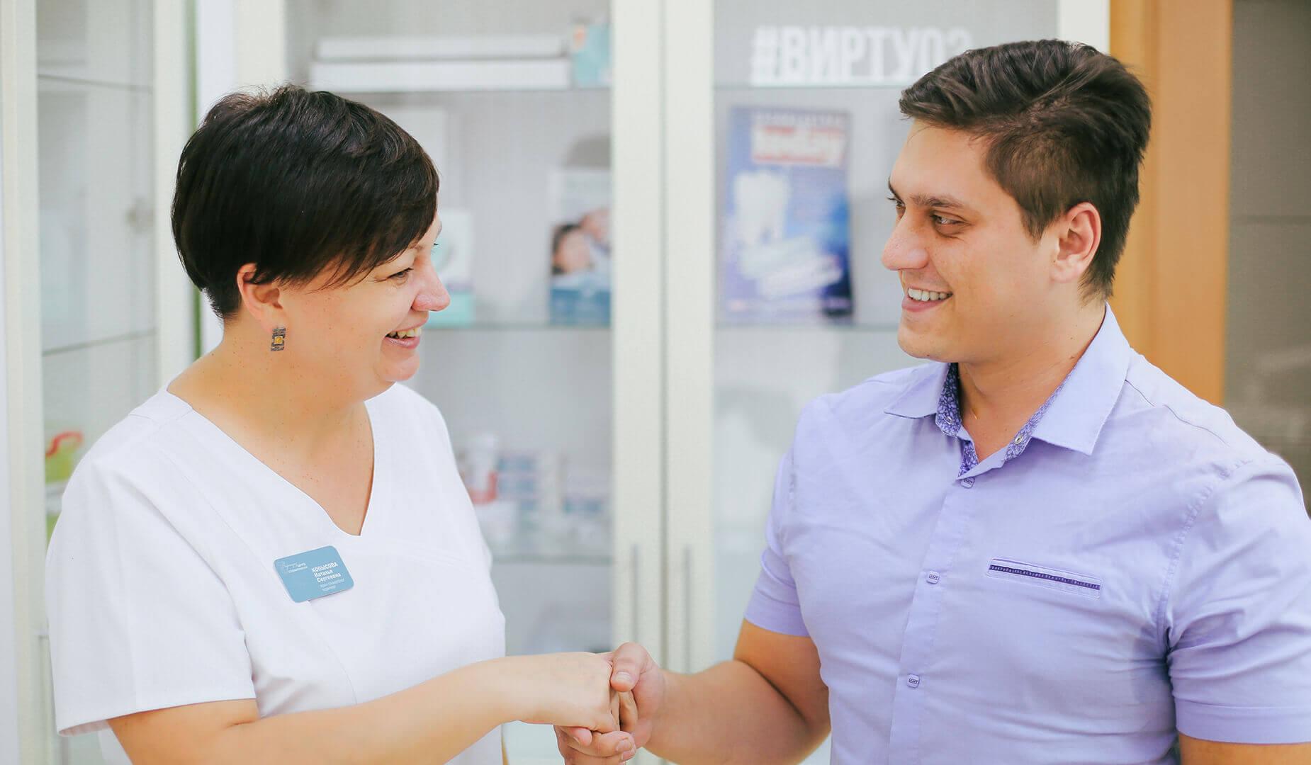 Пациент с врачом после окончания лечения