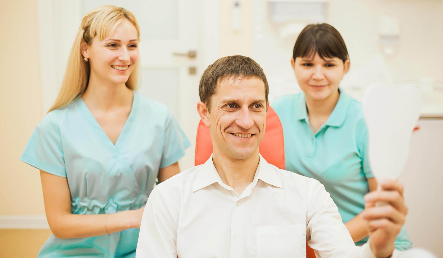 Пациент рад своей здоровой улыбке